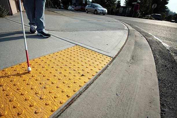 Los Bumps en las calles mejoran la accesibilidad y la seguridad para personas con discapacidad visual, a la hora de cruzar las calles.