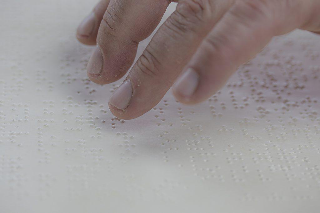 Persona leyendo con el Sistema Braille